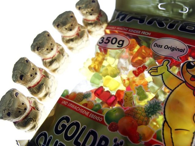 links: Lindt-Teddy, rechts: Haribo Goldbären
